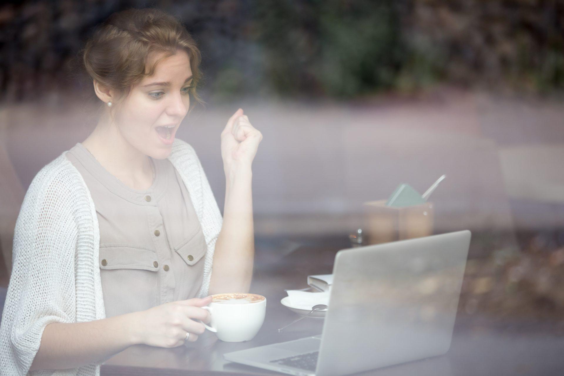 Frau freut sich Online über Erfolg